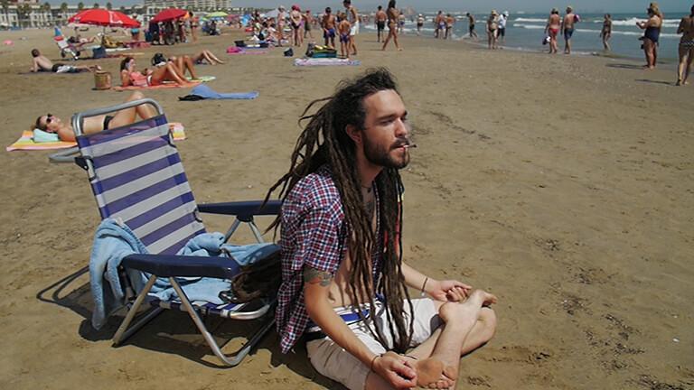 fumar marihuana en la playa