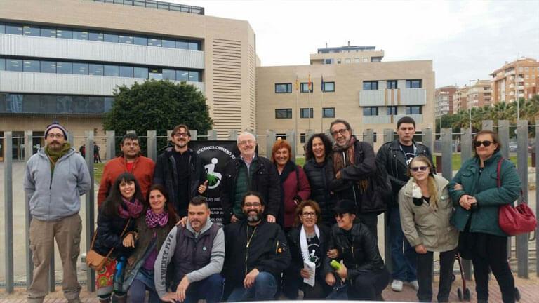 Miembros del Fòrum Cannàbic Valencià apoyando a Javier Miravete en su juicio